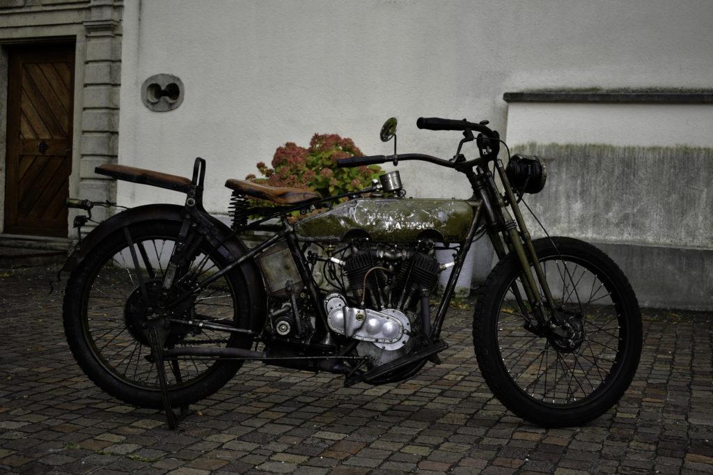 Grün-Braune 1917 Harley-Davidson Modell 17-F Veteran Motorrad Seitenansicht rechts