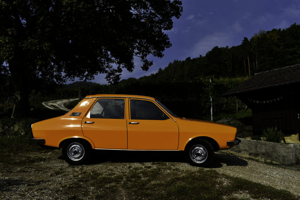 Oranger 1977 Renault 12 TL Veteranenfahrzeug Oldtimer Seitenansicht rechts