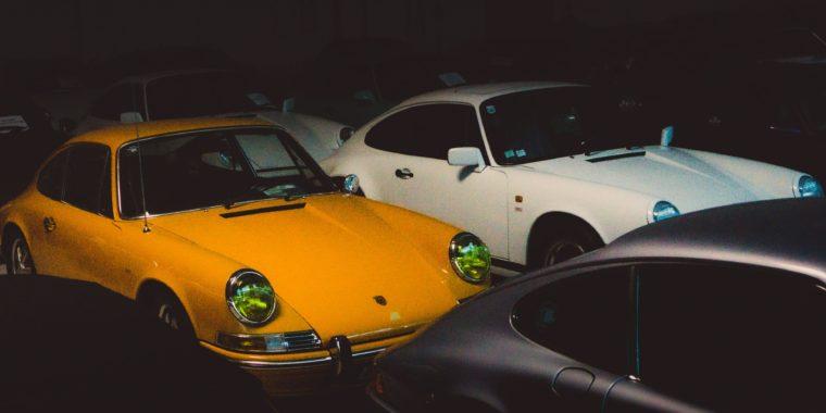 Viele Porsches 911er vor Auktion in Halle eingestellt, gelber Porsche 911, weisser Porsche 911, Classic Car Markt im Wandel