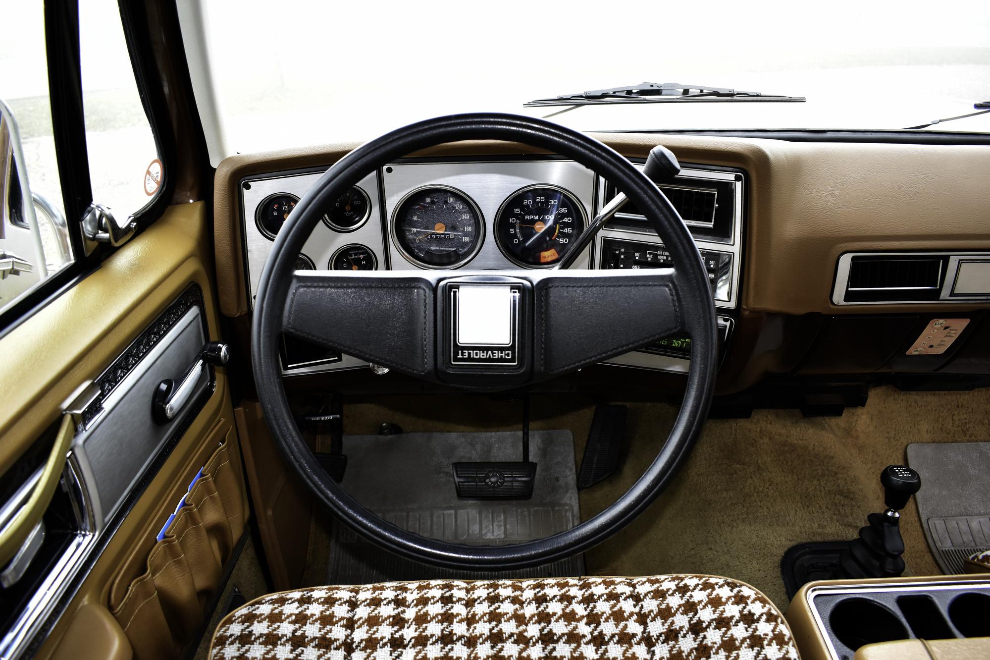Camelfarbener 1980 Chevrolet Blazer K5 Silverado Oldtimer Veteranenfahrzeug auf Anhöhe in Nebel gehüllt in Dreiviertelansicht von vorne links