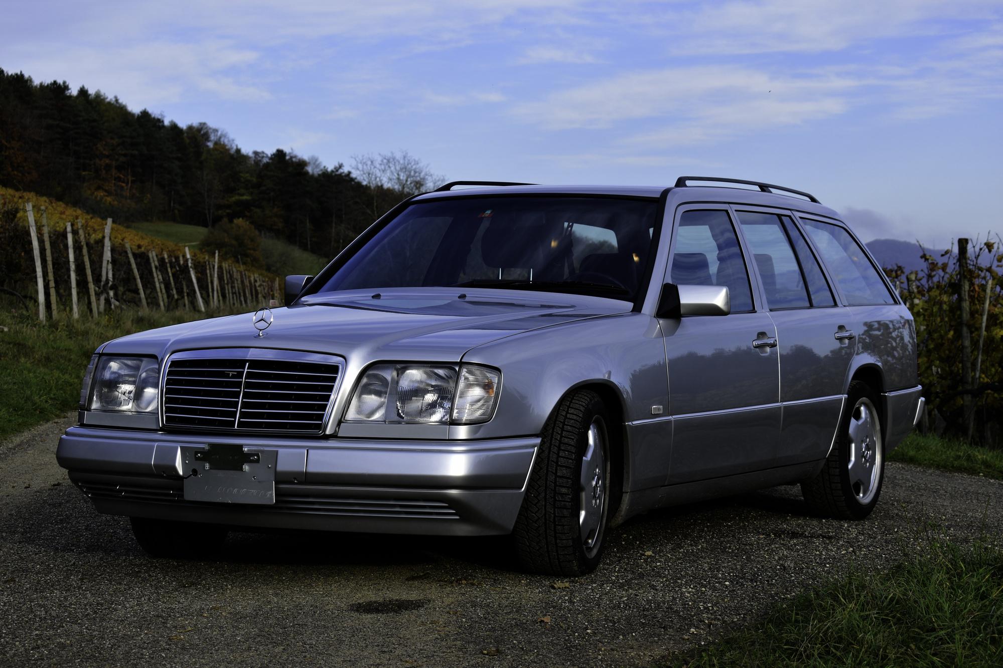 Versteigerung Auktion silberner 1992 Mercedes-Benz 320 TE Youngtimer Alltagsklassiker im Rebberg in Dreiviertelansicht von vorne links