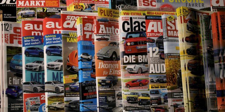 Magazinablage eines Kiosk mit einer grossen Auswahl von Publikationen mit der Thematik Oldtimer, Youngtimer und Liebhaberfahrzeuge