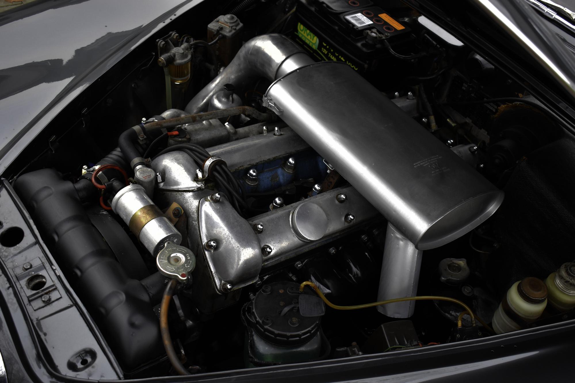 Motorraum eines dunkelgrauen 1966 Jaguar S-Type 3.8 Liter Oldtimer Veteranenfahrzeug mit offener Motorhaube
