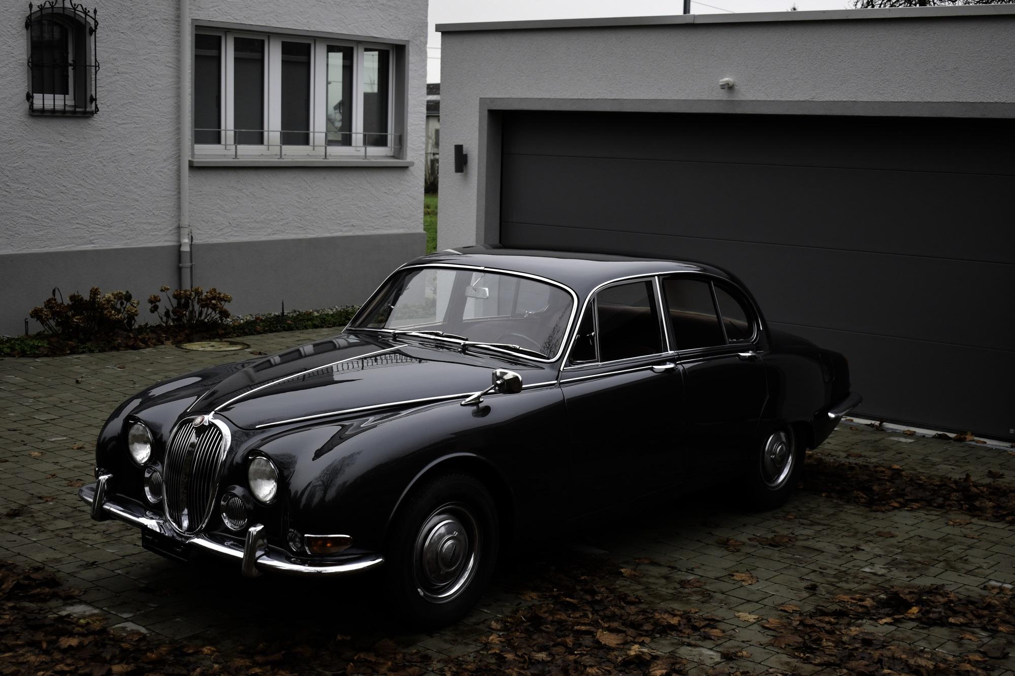Dunkelgrauer 1966 Jaguar S-Type 3.8 Litre Oldtimer Veteranenfahrzeug in Dreiviertelansicht von vorne links
