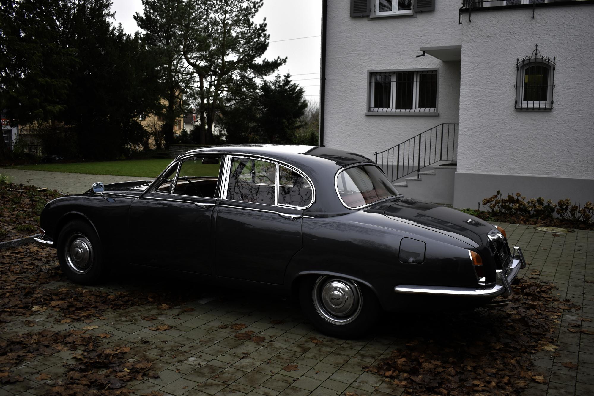 Dunkelgrauer 1966 Jaguar S-Type 3.8 Liter Oldtimer Veteranenfahrzeug in Dreiviertelansicht von hinten links