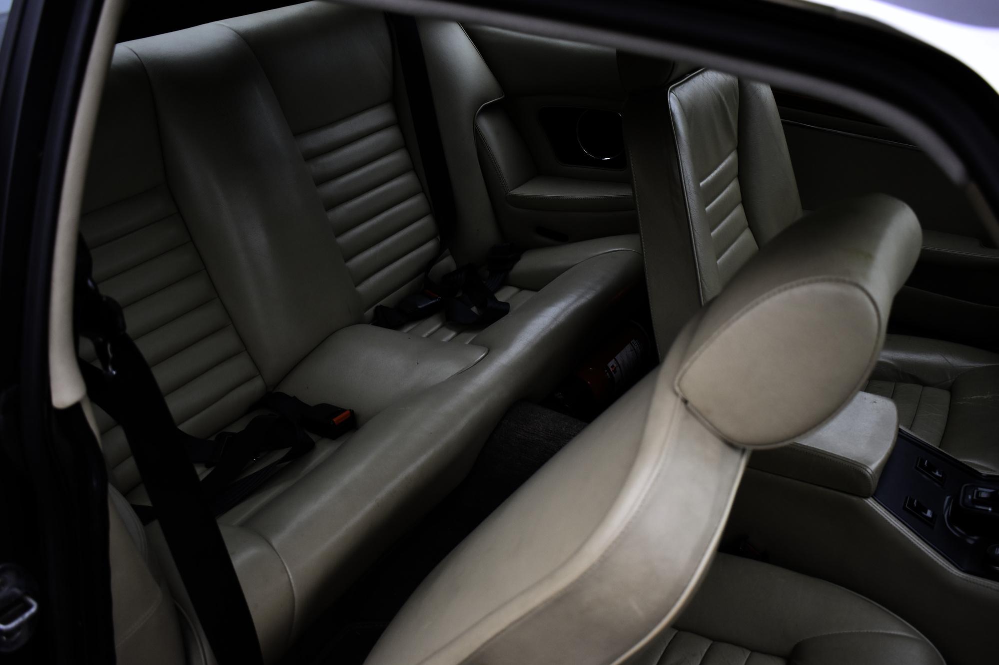 Grauer 1985 Jaguar XJS 5.3 V12 H.E. Coupe Oldtimer Veteranenfahrzeug Rückbank mit nach vorne geklapptem Beifahrersitz