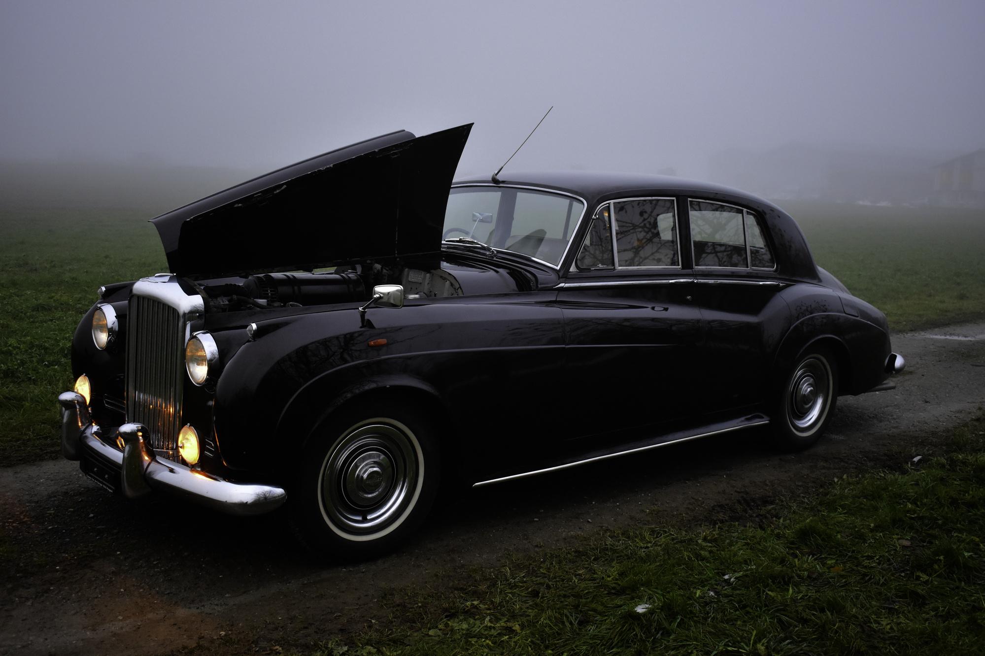 Dunkeloter 1957 Bentley Sports Saloon Series E Oldtimer Veteranenfahrzeug in Dreiviertelansicht von vorne oben rechts