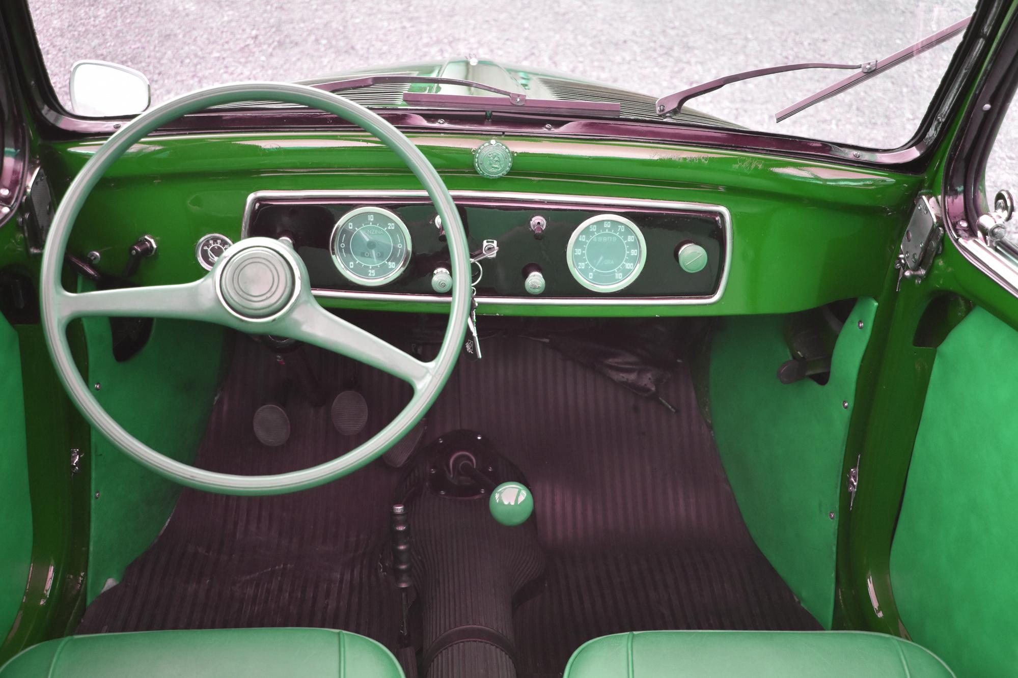 Armaturen und Lenkrad eines 1949 Fiat 500 C Tipolino