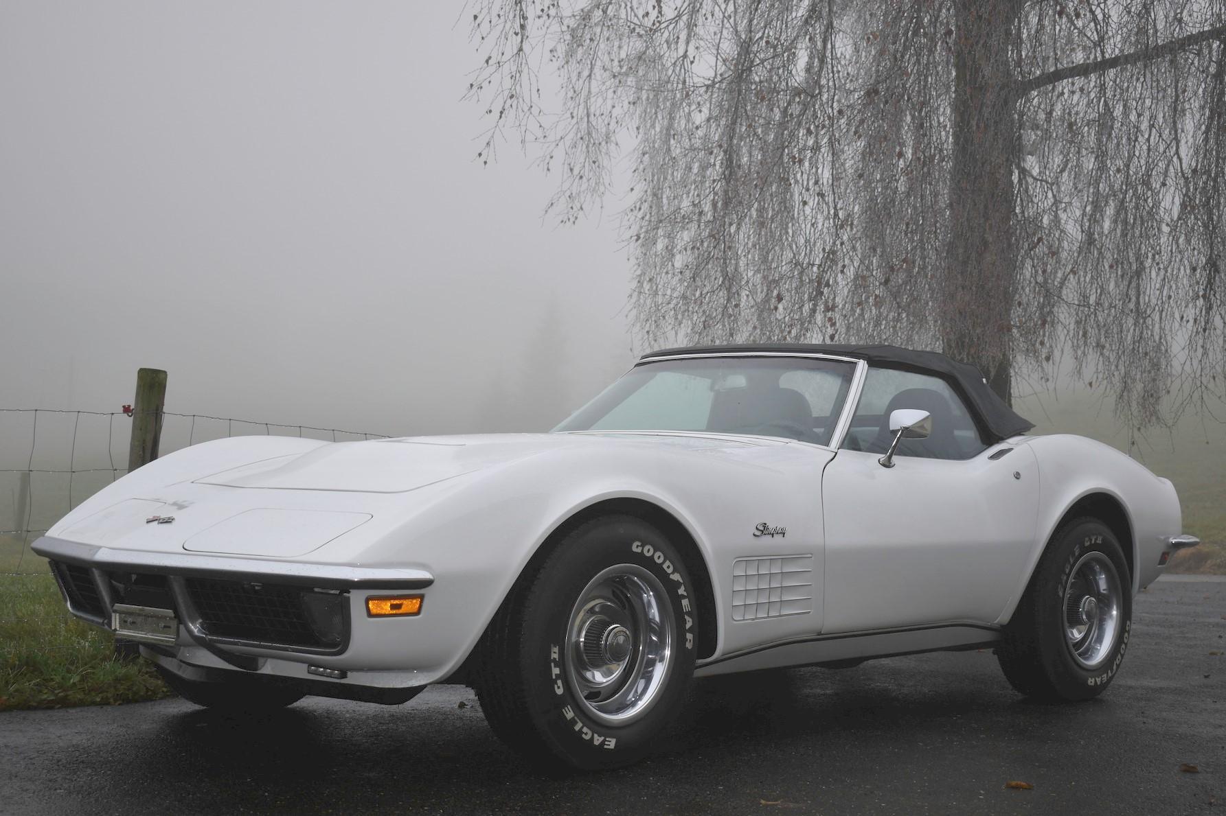 Weisse 1971 Chevrolet Corvette C3 Stingray 350 cu convertible vor nebelverhangener Landschaft