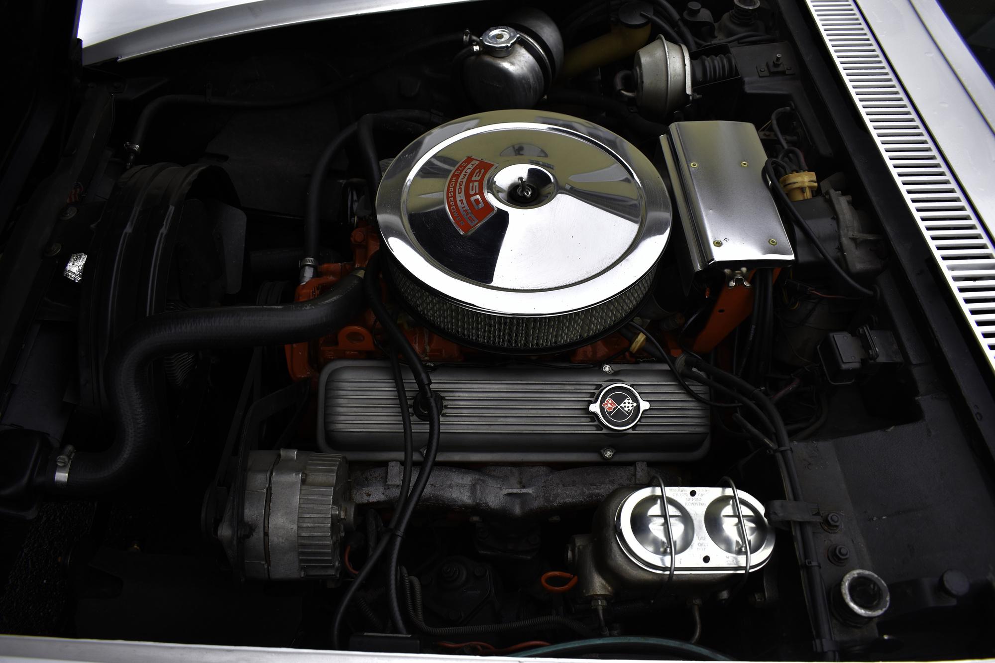 Motorraum einer weissen Chevrolet Corvette C3 Stingray 350 cuin 5.7 Liter von 1971