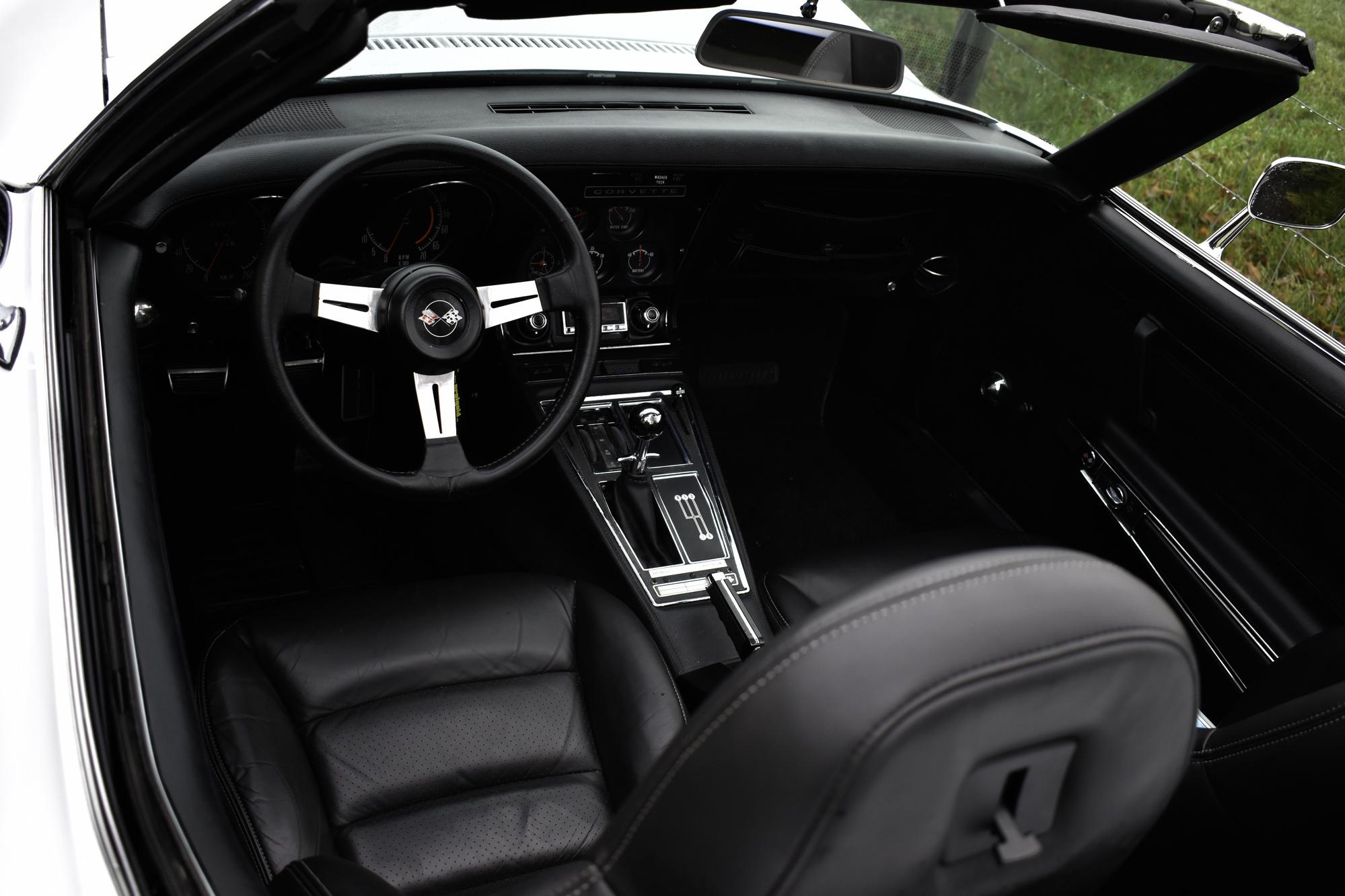 Schwarzes Cockpit aus Leder einer weisse Chevrolet Corvette C3 Stingray 350 cuin 5.7 Liter 1971