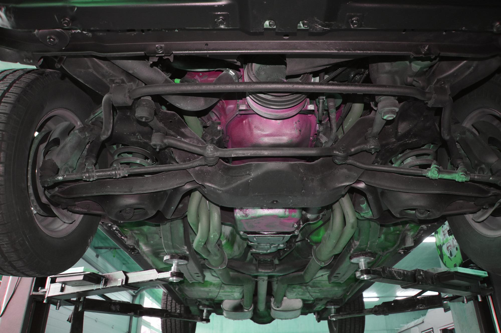 Unterboden von vorne nach hinten eines 1970 Pontiac Firebird Esprit Formula 350 5.7 Liter oldtimer