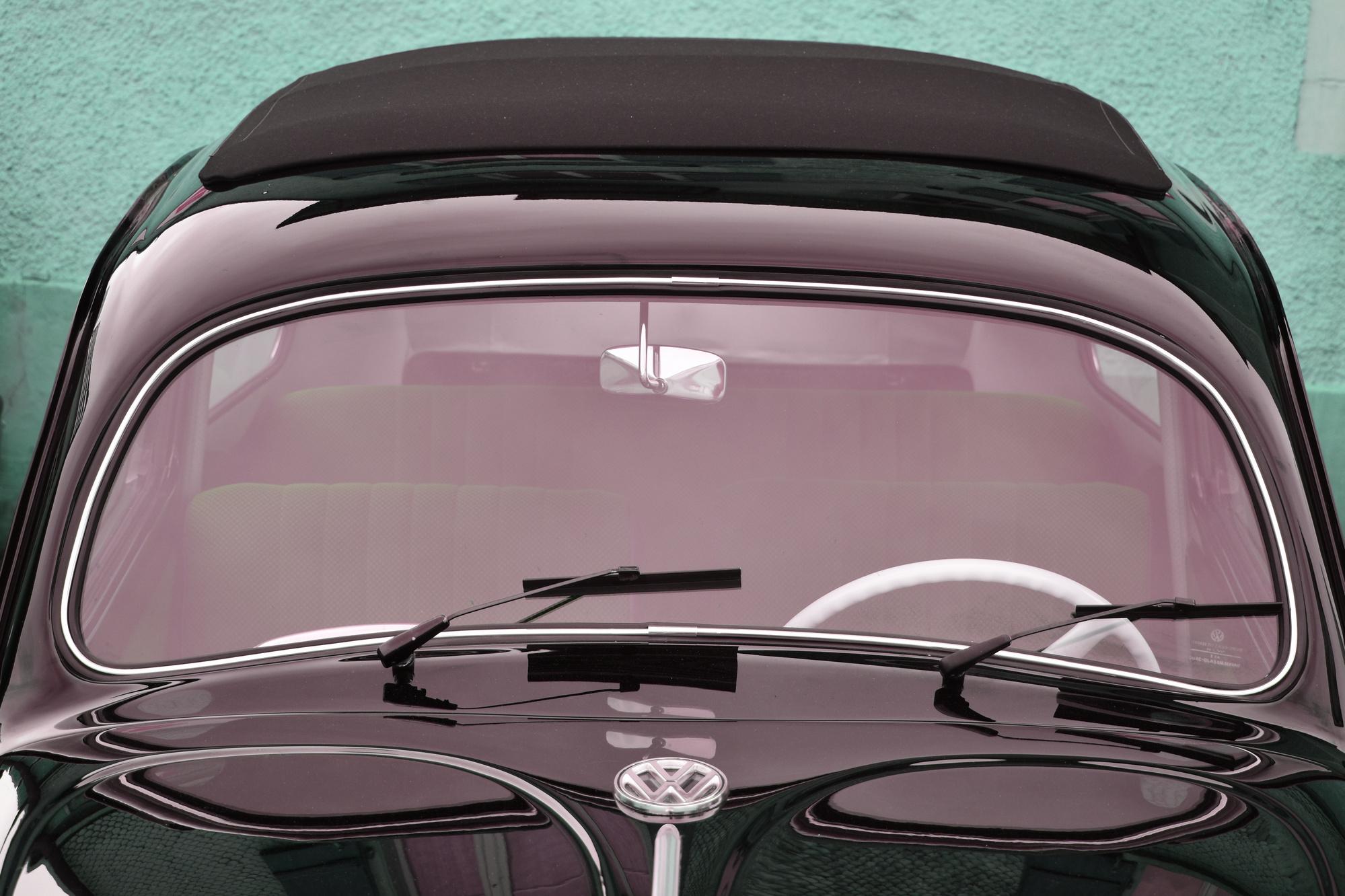 Schwarz roter VW Käfer Ovali in Frontansicht