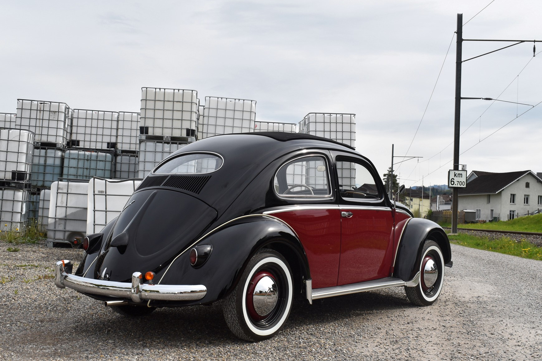 1953 Volkswagen Käfer Ovali in schwarzrot in Hinteransicht