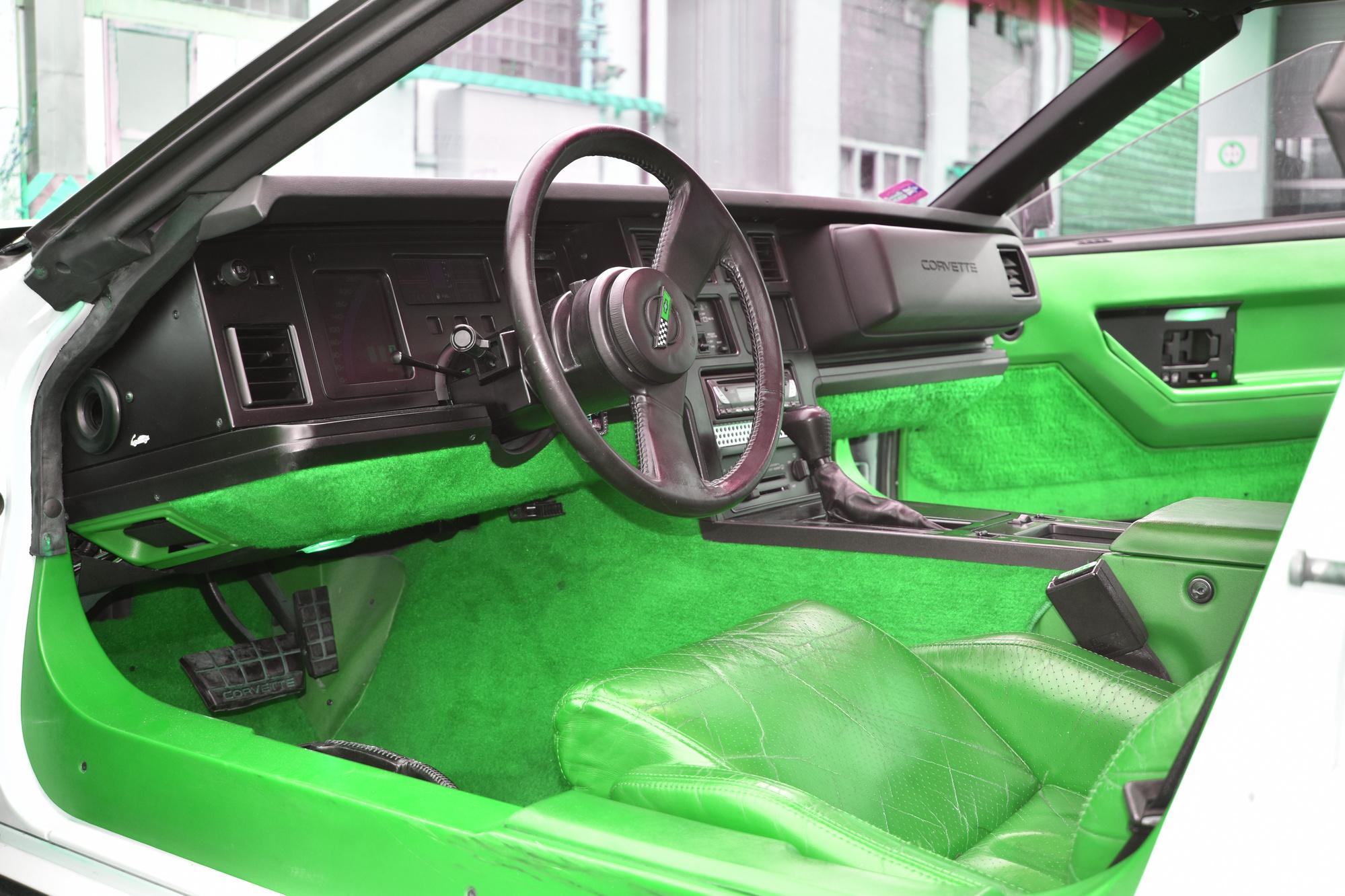Rotes Interieur einer weissen Chevrolet Corvette C4 Targa 350 cuin 5.7 Liter aus dem Jahre 1984 von Fahrerseite