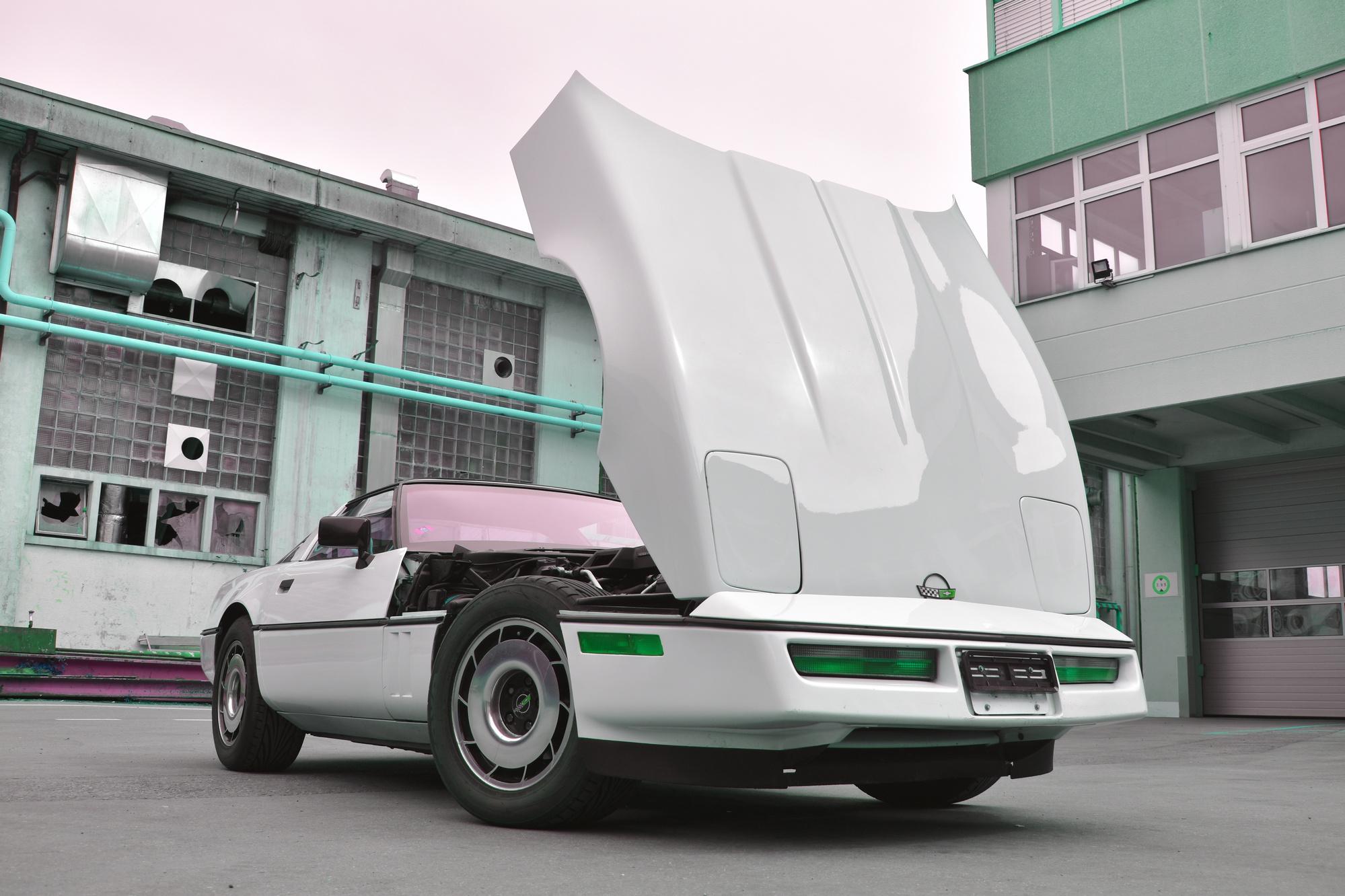 Weisse Chevrolet Corvette C4 Targa 350 cuin 5.7 Liter aus dem Jahre 1984 mit aufgeklappter Motorhaube