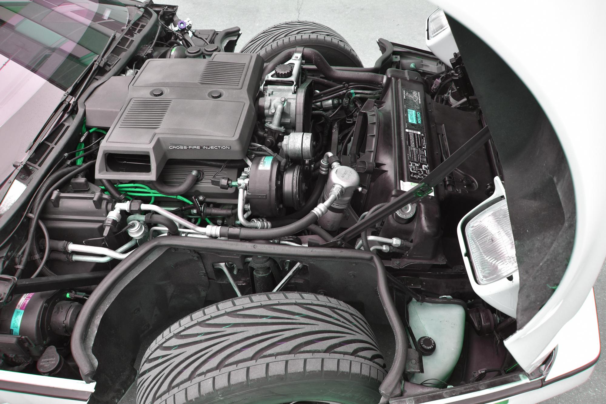 Motor einer weissen Chevrolet Corvette C4 Targa 350 cuin 5.7 Liter aus dem Jahre 1984