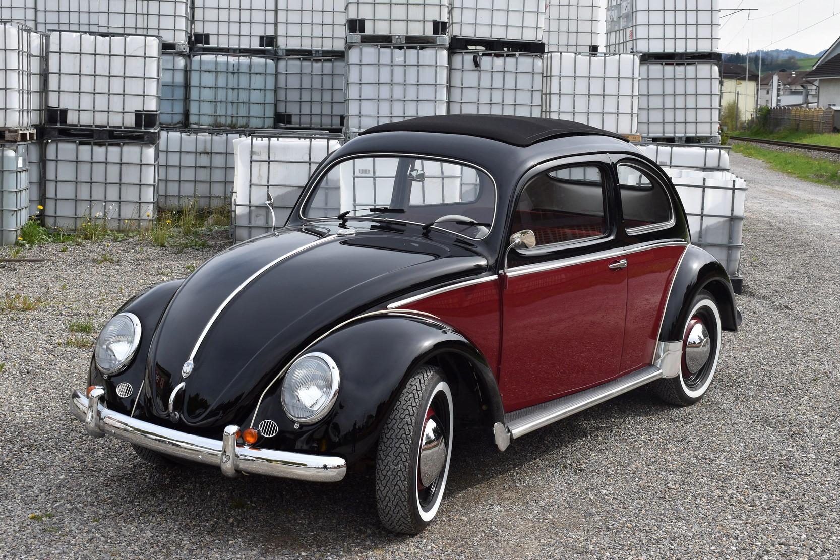 Schwarz roter VW Käfer Mexico Ovali Veteranenfahrzeug in Seitenansicht