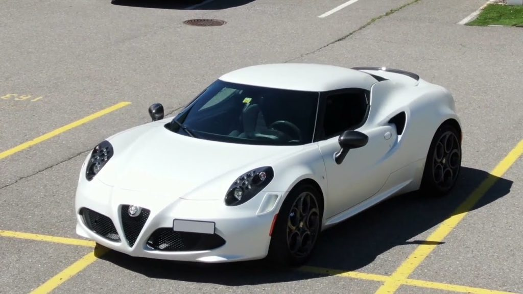 Alfa Romeo 4C Launch Edition 2013 in Carrara Weiss auf einem Parkplatzfeld aufgenommen