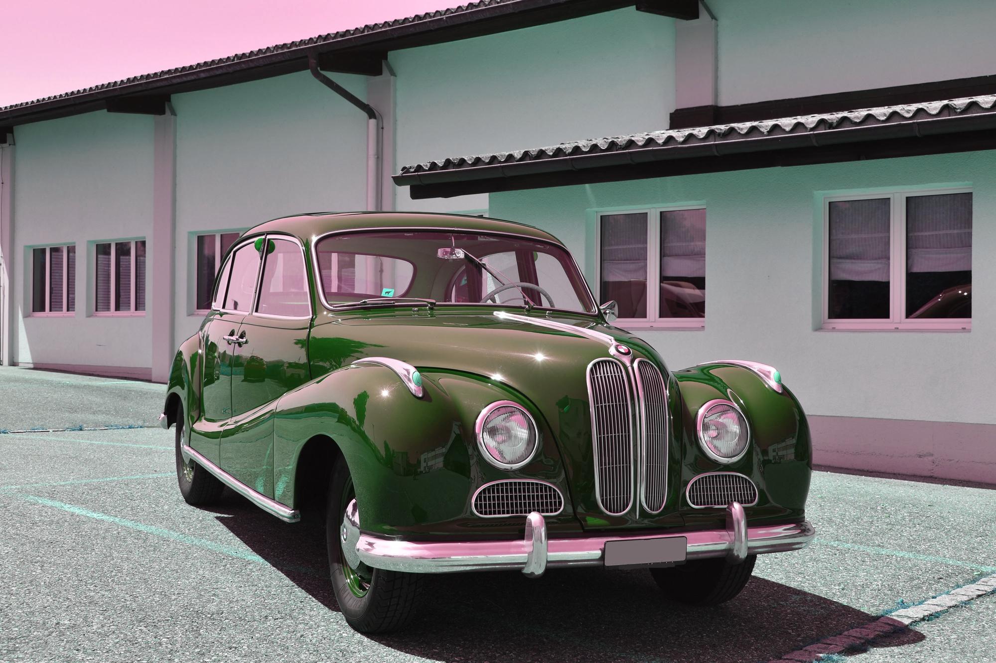 Maron-farbener BMW 501-A mit V6-Motor und rotem Interieur aus dem Jahre 1954 in Frontansicht vor einem Anwesen