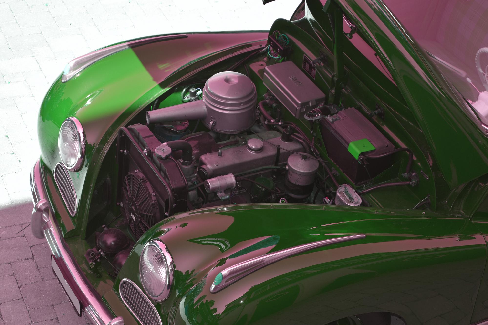 V6 Motor eines BMW 501-A mit offener Motorhaube