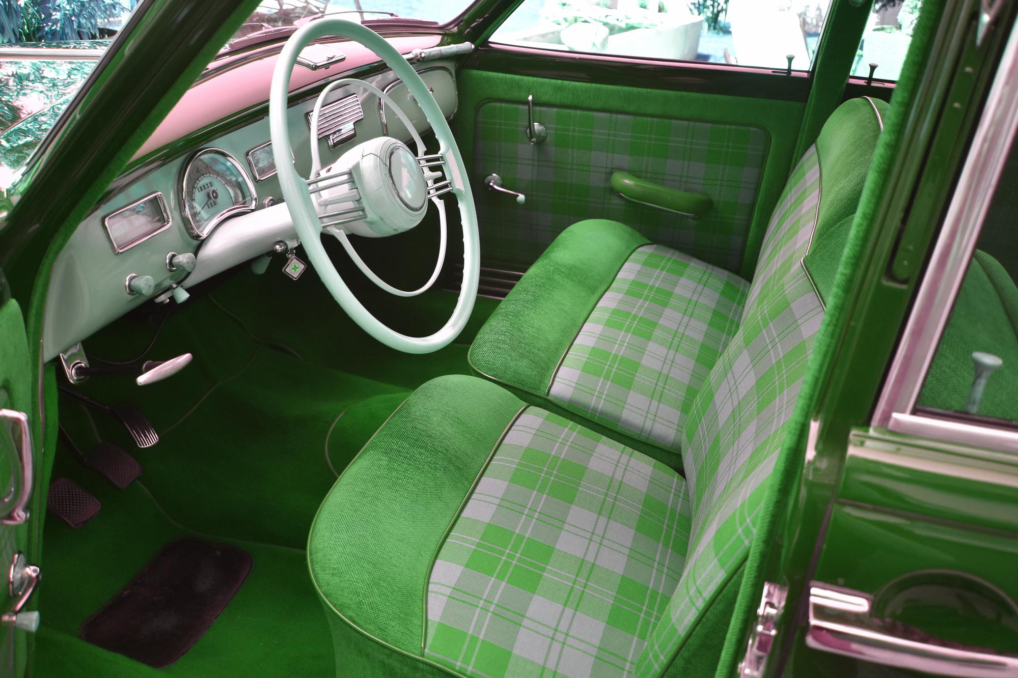 Rot-kariertes Interieur eines 1954 BMW 501-A classic cars mit Steuerrad, Instrumenten und Armaturenbrett