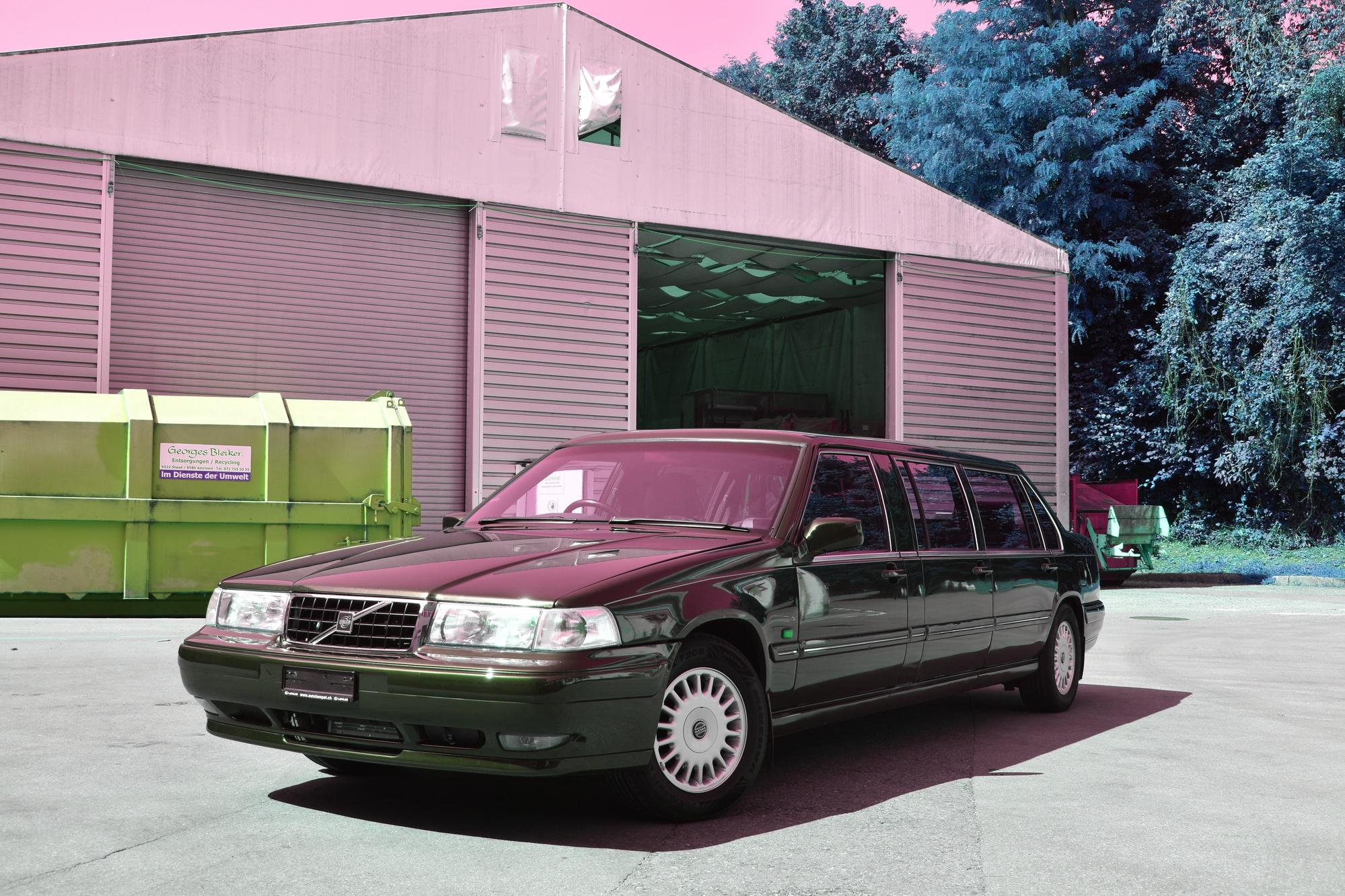 Volvo 960 Stretch Limousine Exot mit 6 Türen in Vorderansicht vor einem Industriezelt
