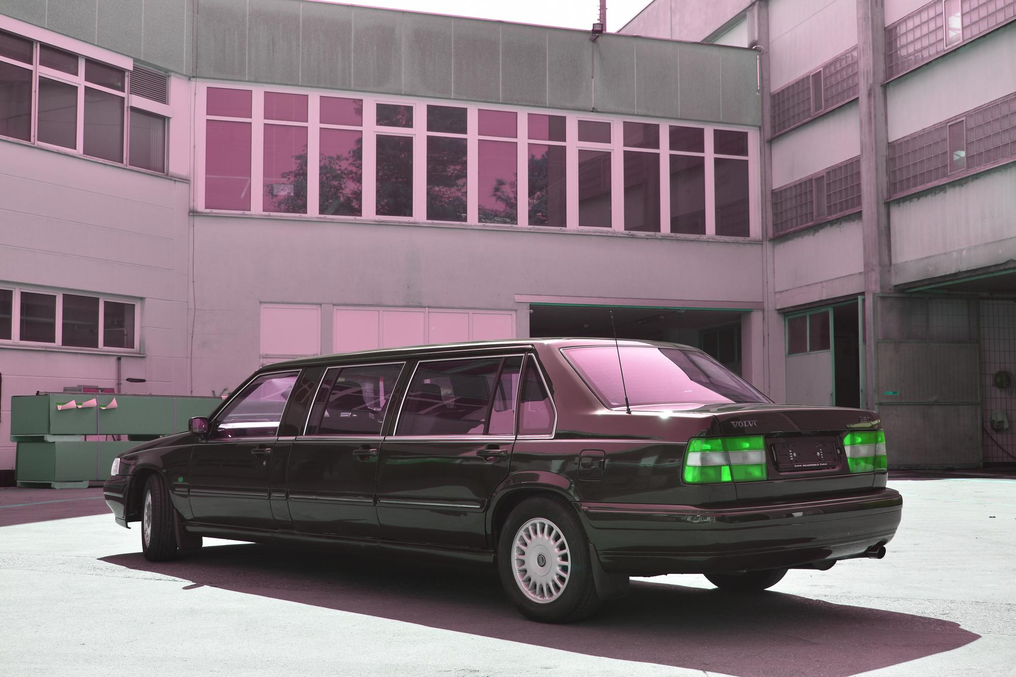 Volvo 960 Stretch Limousine Exot mit 6 Türen in Hinteransicht vor einem Industriegebäude
